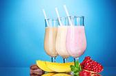 Milkshake med frukt och choklad på blå bakgrund — Stockfoto