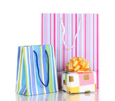 Barevné dárkové tašky s dárky izolovaných na bílém — Stock fotografie