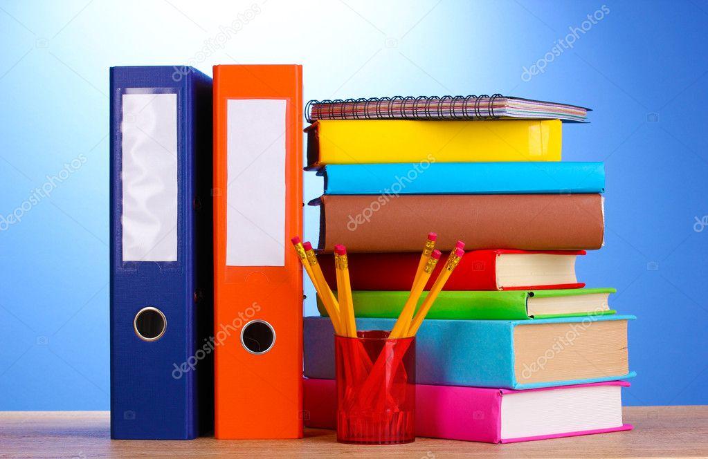 Carpetas de oficina brillante y libros con papeler a en mesa de madera en bac azul fotos de - Papeleria de oficina ...