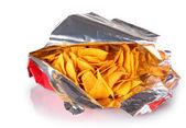 Smaczne frytki w torbie na białym tle — Zdjęcie stockowe