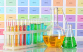 试管和烧瓶与颜色液体颜色样本背景上 — 图库照片