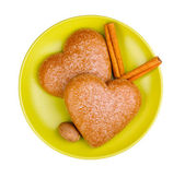 Heart-shaped cookies with cinnamon and nutmeg on saucer isolated on white — Stockfoto