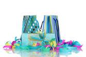Färgglada presentpåsar och presenter med serpentine isolerad på vit — Stockfoto