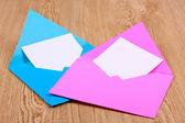 Enveloppes de couleur sur fond en bois — Photo