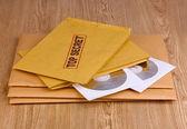 带有与木制背景上的 cd 盘的顶级秘密邮票信封 — 图库照片