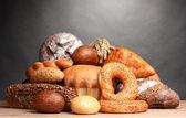 Gott bröd på träbord på grå bakgrund — Stockfoto