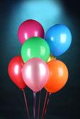 蓝色背景上的明亮气球 — 图库照片