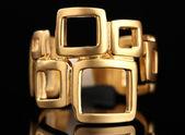 Lindo anel de ouro sobre fundo preto — Foto Stock