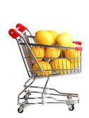 白で隔離されるショッピングカートで熟したレモン — ストック写真