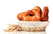 Nybakat bröd i korg isolerad på vit — Stockfoto
