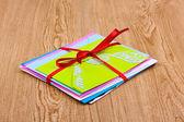 Bando de envelopes de cor com fita em fundo de madeira — Foto Stock