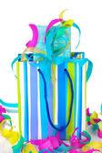 Färgglada presentpåsar och presenter med serpentin närbild isolerad på vit — Stockfoto
