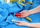 Donna scelta colore di thread — Foto Stock
