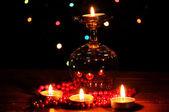Incrível composição de velas na mesa de madeira no fundo brilhante — Foto Stock