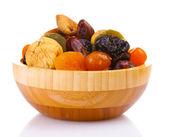 Suszone owoce w drewniana miska na białym tle — Zdjęcie stockowe