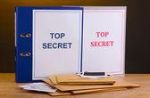 Enveloppen en mappen met top geheime stempel en foto papier met cd schijven — Stockfoto