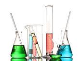 Laboratorní sklo s barvou kapalinou a reflexe isolat — Stock fotografie