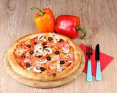 Aromatik ahşap zemin üzerine sebzeli pizza — Stok fotoğraf