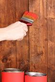 木製のフェンスを塗る — ストック写真