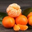 Tangerines with leaves on wooden grey table - Foto Stock