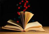 打开在明亮的背景上的木桌上的书 — 图库照片