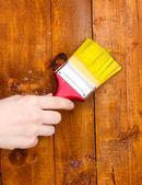 картина деревянный забор с желтой краской — Стоковое фото