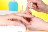 Processo de manicure em salão de beleza — Foto Stock