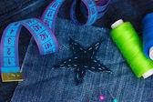 Yıldız şeklinde yama konuları ve düğmeleri closeup ile kot üzerinde — Stok fotoğraf