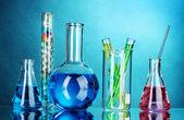 Reagenzgläser auf blauem hintergrund — Stockfoto