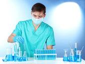 Forskare i labbet arbetar med kemikalier provrör — Stockfoto