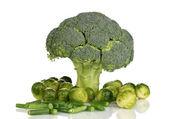 Taze brüksel lahanası ve brokoli ile fransızca fasulye üzerine beyaz izole — Stok fotoğraf