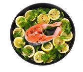 červené ryby s citronem, petržel a pepř na desce izolovaných na bílém — Stock fotografie