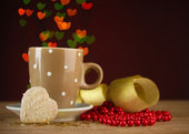 Cup of coffee on wooden table on bright bokeh backdground — Стоковое фото