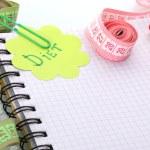 Planejamento de dieta. fitas de medição de caderno e caneta isolado no branco — Foto Stock