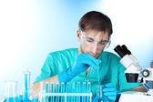 科学家在实验室里用化学品测试管工作 — 图库照片