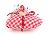 Цветные pinheads в Пин подушку, изолированные на белом фоне — Стоковое фото