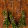 Fresh green thyme hanging on rope on wooden background - Foto Stock