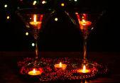 Asombrosa composición de velas y copas en mesa de madera sobre fondo brillante — Foto de Stock