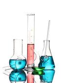Verschiedene laborglas mit farbe flüssigkeit und reflexion isoliert auf weiss — Stockfoto