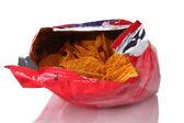 Leckere kartoffel-chips im beutel isoliert auf weiss — Stockfoto