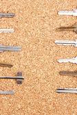 Nycklar på cork bakgrund — Stockfoto