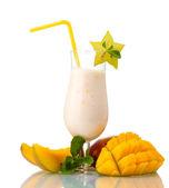 Milkshake met mango geïsoleerd op wit — Stockfoto