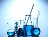 蓝色背景上的蓝色液体的试管 — 图库照片