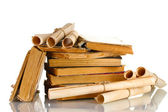 Mucchio di vecchi libri e scorrimento isolato su bianco — Foto Stock