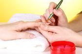 Processo de manicure em salão de beleza — Fotografia Stock