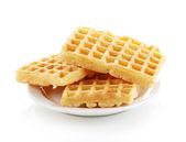 Süße waffeln auf platte isoliert auf weiss — Stockfoto