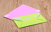 цветные конверты на деревянных фоне — Стоковое фото