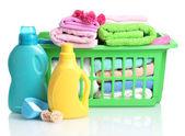 Detergenti e asciugamani nel cestino di plastica verde isolato su bianco — Foto Stock