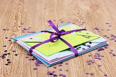 кучу цветные конверты с лентой и конфетти на деревянных фоне — Стоковое фото