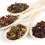 chá verde e preto seco diferente em colheres de madeira, isolado no branco — Foto Stock